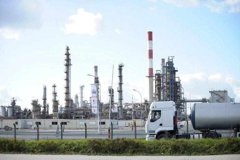 """Fuite de pétrole en Ile-de-France: la raffinerie de Grandpuits arrêtée """"plusieurs semaines"""" par Total"""