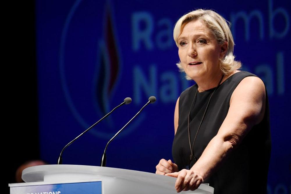 Photos d'exactions de l'EI sur Twitter: le parquet demande un procès pour Marine Le Pen