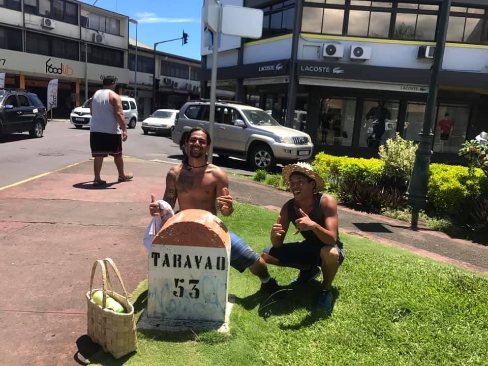 Heureux d'être arrivés après avoir marché en tout plus de 40 heures.crédit : Facebook Nana sac plastique.