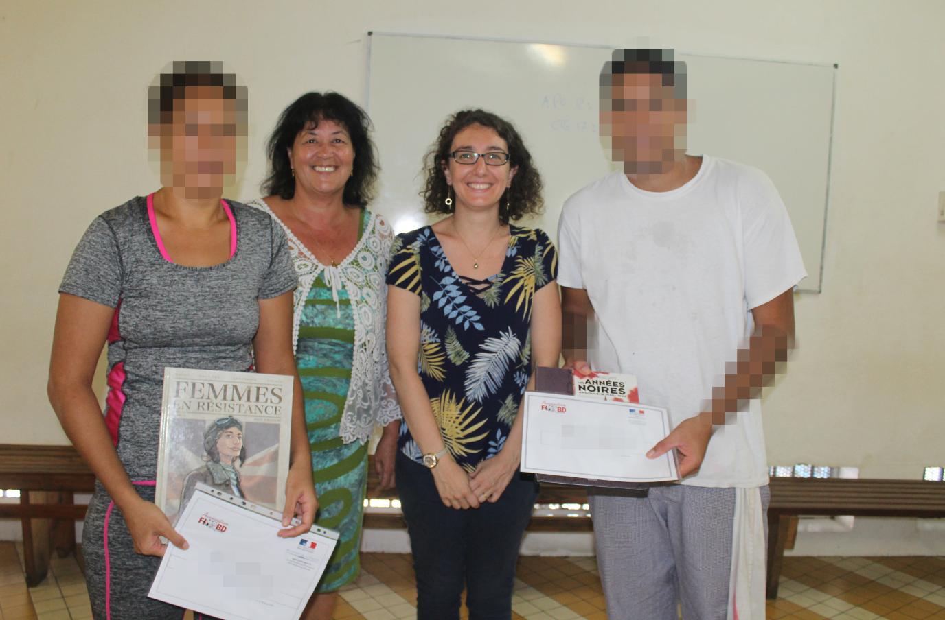 : Deux des lauréats, aux côtés d'Evelyne Le Cloirec et de Mélanie Place, lors de la remise des prix à Nuutania.