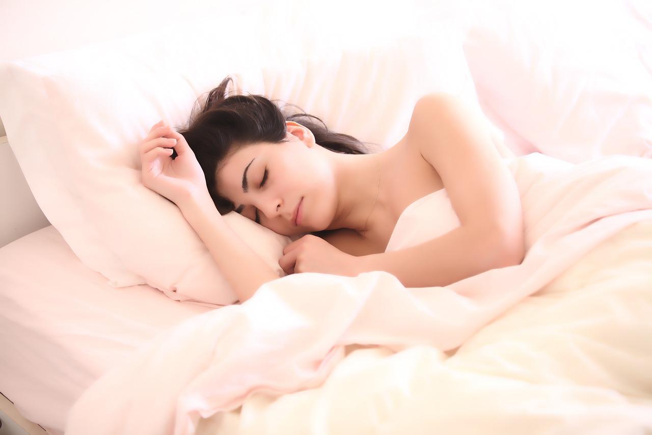 Grignoté de toutes parts, le sommeil passe sous la barre des sept heures