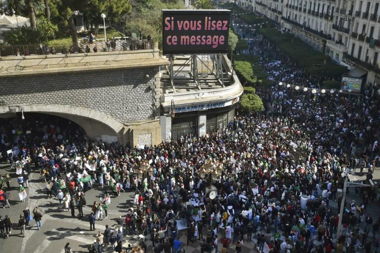 """Algérie: les étudiants de retour en masse dans la rue contre la """"ruse"""" de Bouteflika"""
