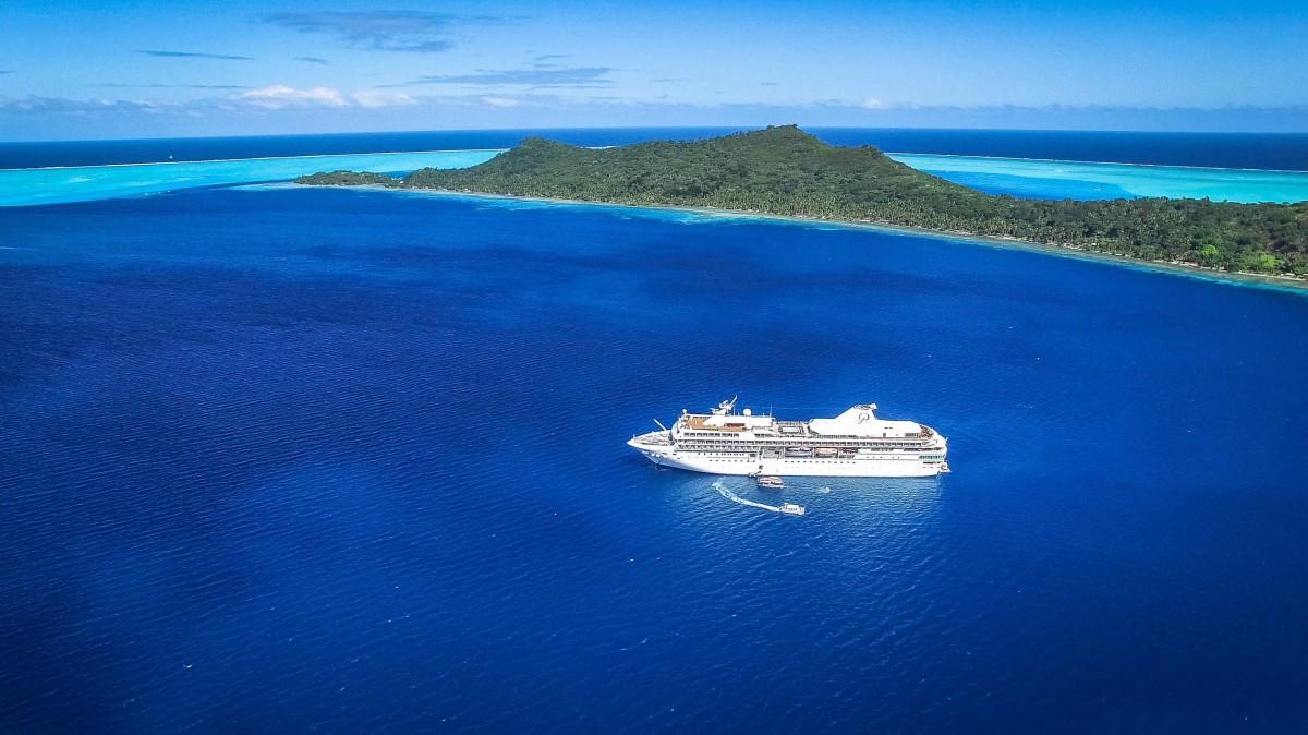 La stratégie de communication de la Polynésie a été récompensée avec différents prix, celle de meilleure destination de luxe, la meilleure destination de honeymoon, et la meilleure stratégie numérique. Le Paul Gauguin s'est aussi illustré comme le meilleur petit bateau de croisière au monde (en photo dans le lagon de Bora Bora. Crédit photo : SEBU International)