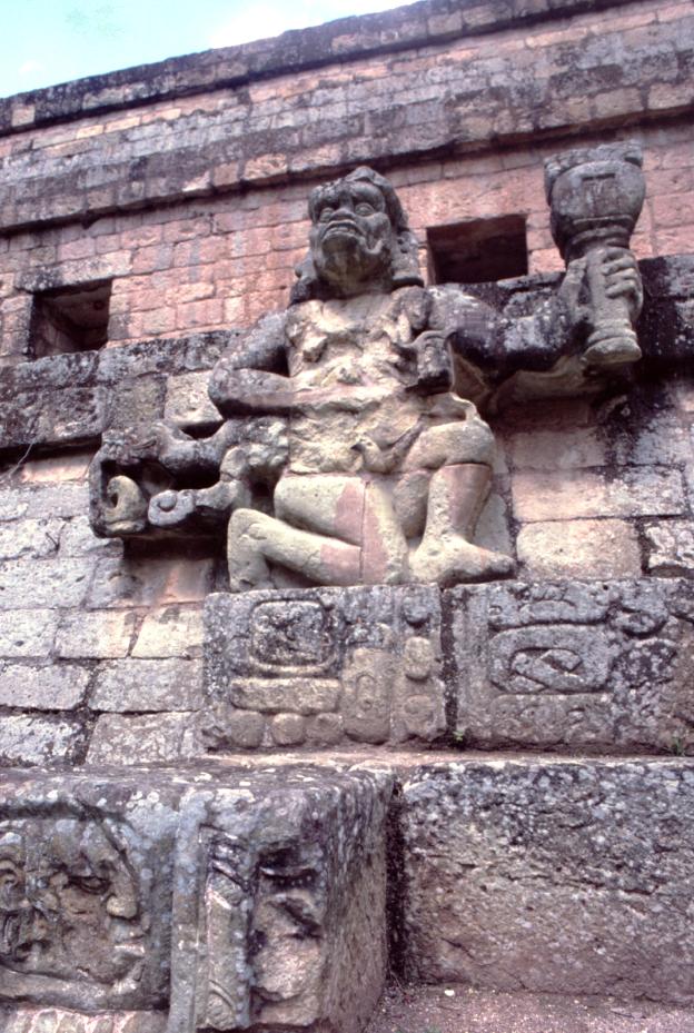 À Copan, beaucoup de sculptures évoquent, par leur style surchargé, les édifices que l'on rencontre en Asie, à Bali par exemple.