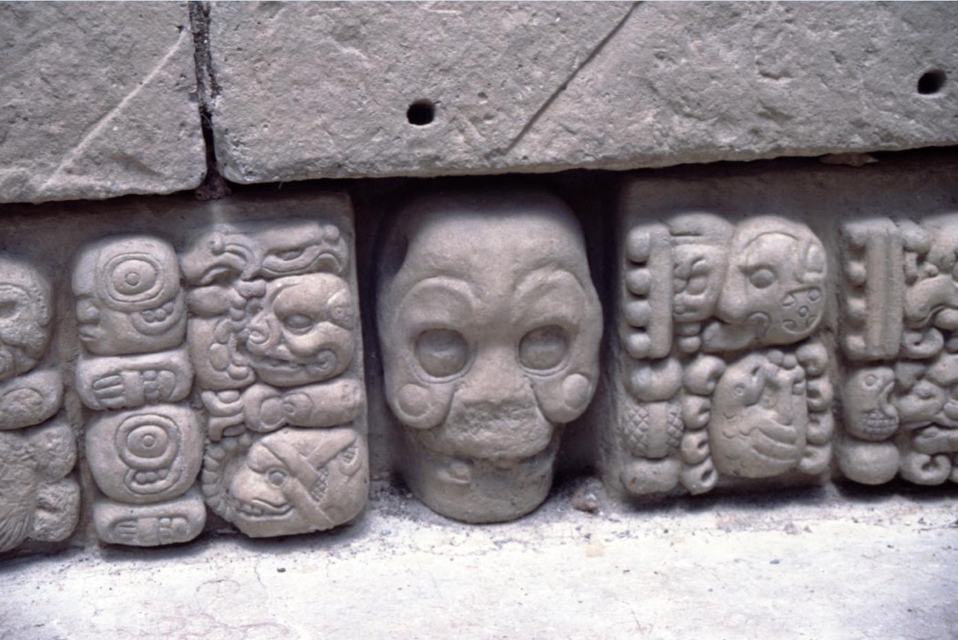 """La mort était partout présente dans l'ancien monde maya, qui affectionnait particulièrement les sacrifices humains. Ces """"textes"""" ciselés le rappellent. On ne déplaisait pas au chef, sinon """"couic"""" !"""