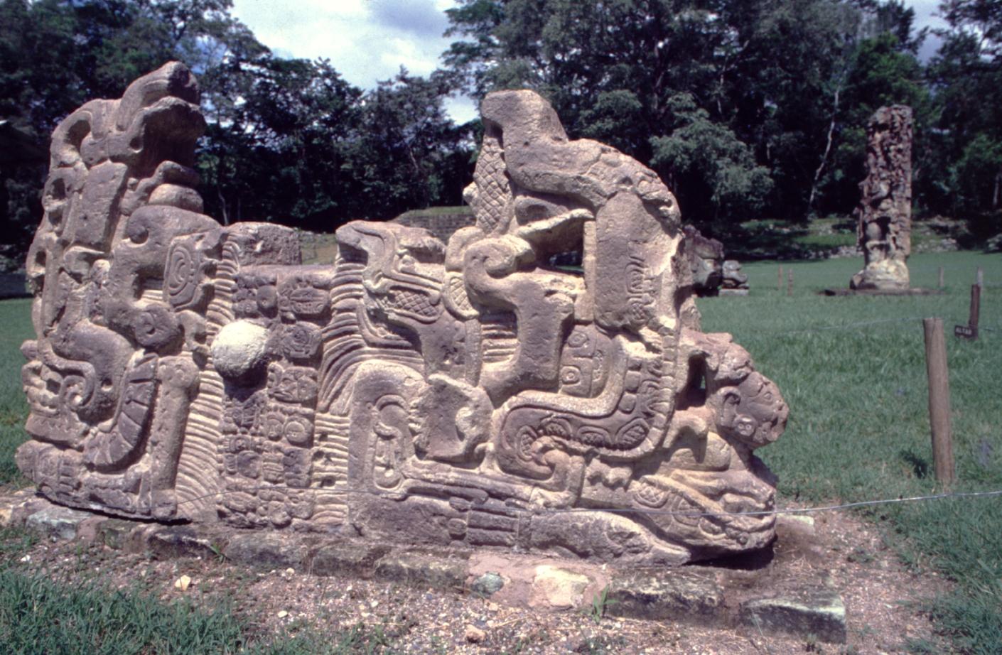 Certaines stèles sont taillées dans des blocs horizontaux. Sur celle-ci, un texte central sépare deux figures sans doute royales.