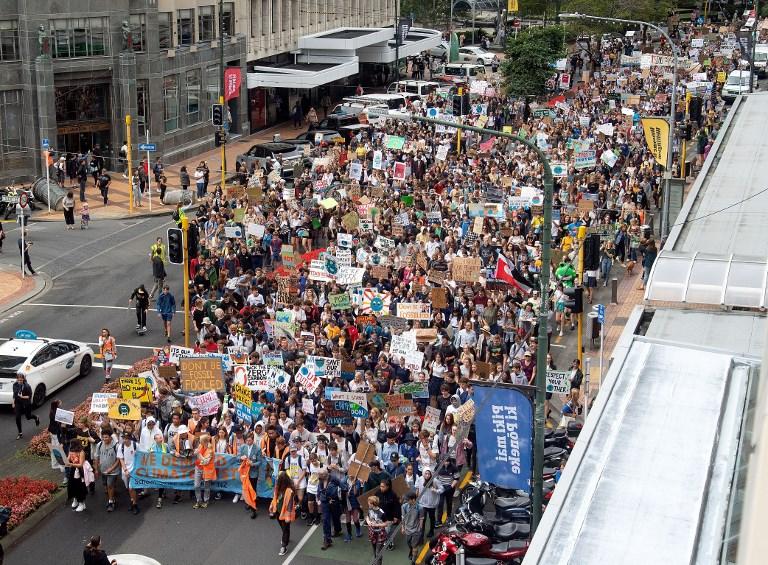 """Des centaines d'étudiants rassemblés en Nouvelle-Zélande ont lancé la journée de """"grève de l'école pour le climat"""" vendredi ."""