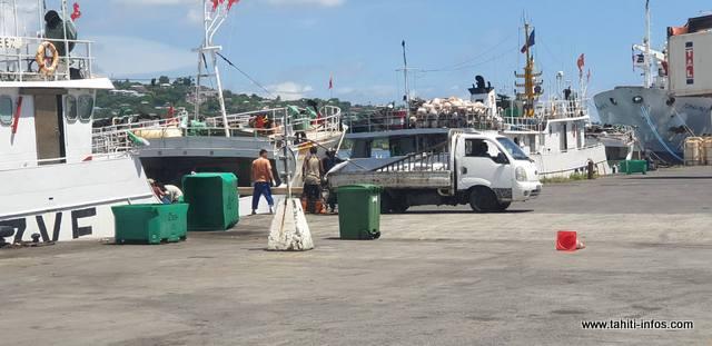 Ils sont au fenua pour décharger leurs cales et pour faire le plein en vivres et en carburant, avant de reprendre le large.