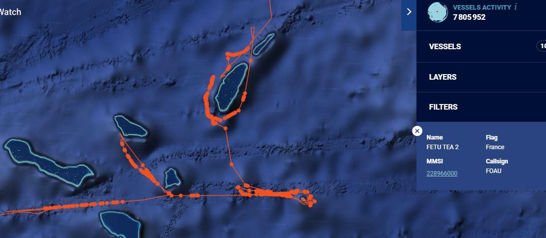 Pour comparer, un bateau Polynésien en pleine campagne de pêche à la palangre aux Tuamotu. On remarque bien le comportement typique d'un palangrier en activité : lâcher ses lignes puis retracer ses pas pour récupérer ses prises.