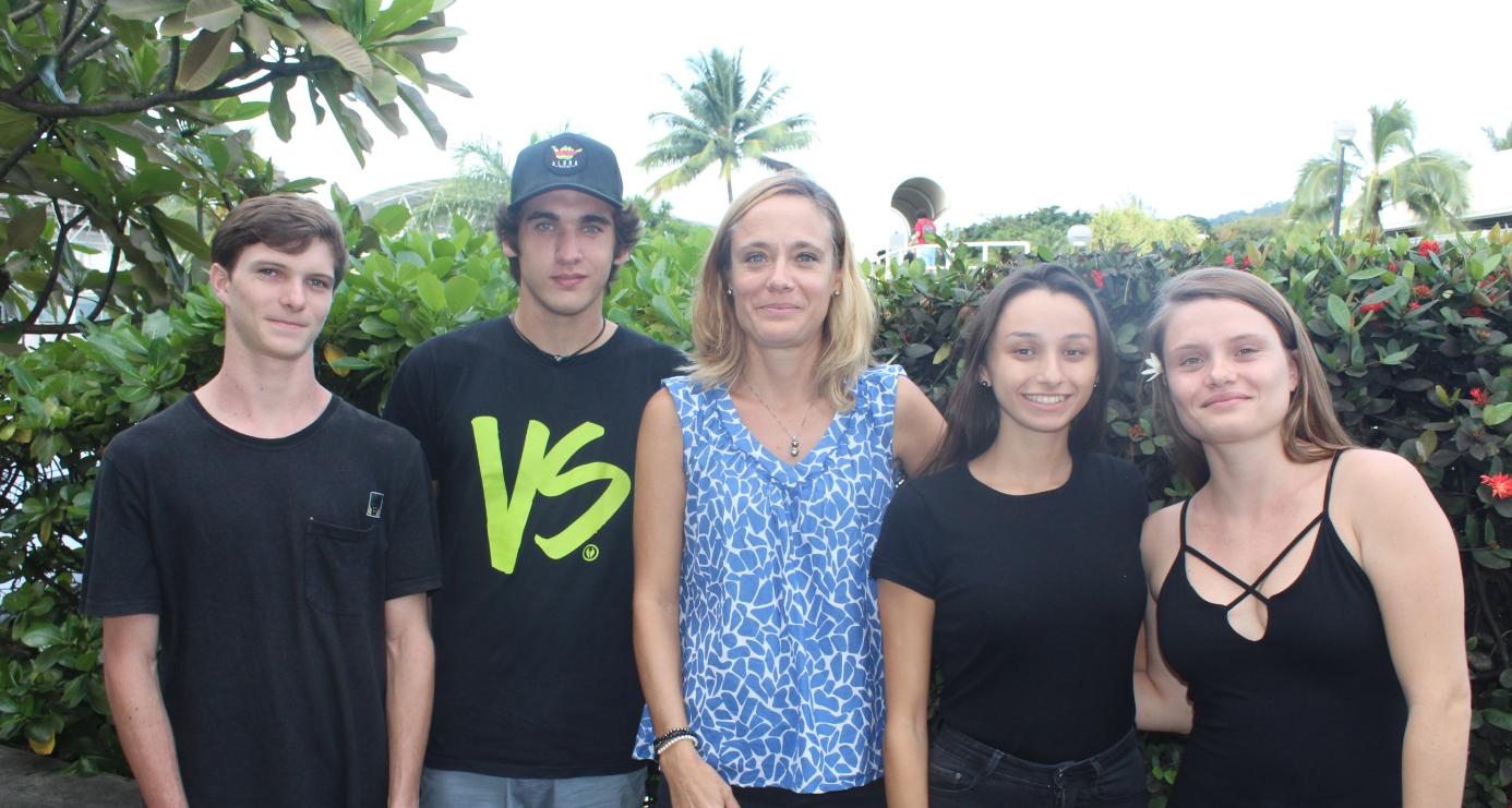 Ian, Nainoa, Lola et Manon et leur professeur Hélène Collange.