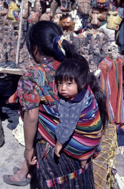 Le diable, les diables, sont omniprésents dans les croyances catholiques et moins catholiques des Indiens Mayas. En témoignent les masques rituels à l'arière-plan de notre photo.