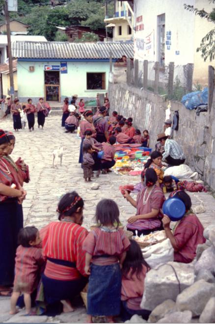 Vu avec un peu de recul, tout a l'air tranquille dans les villages baignés par le superbe lac Atitlan. Pendant que les prêtres de Maximon « s'arsouillent » à qui mieux-mieux, les Indiens travaillent, achètent, vendent. Mais le diable n'est pas loin…