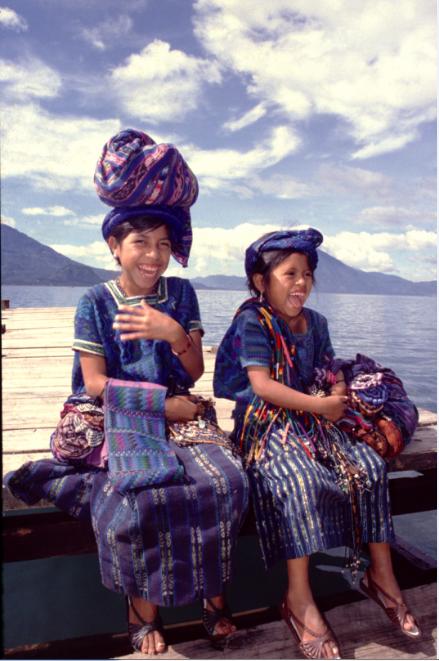 Pour aller à Santiago Atitlan, nous traverserons le lac en compagnie de ces deux jeunes et belles Indiennes Tzutuhil se rendant au marché vendre leurs tissages. Ne leur parlez pas de Maximon, vous les feriez fuir…