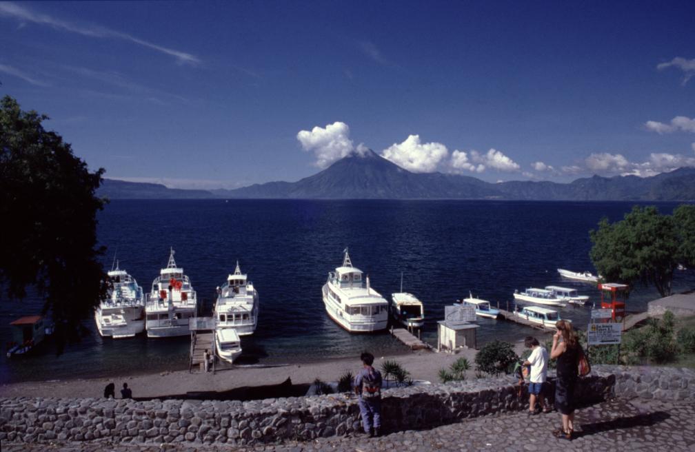 Au départ de Panajachel, il faut compter moins d'une heure sur une petite barque pour se rendre à Santiago. Les plus gros bateaux sont destinés aux excursions de grappes de touristes sur le lac.
