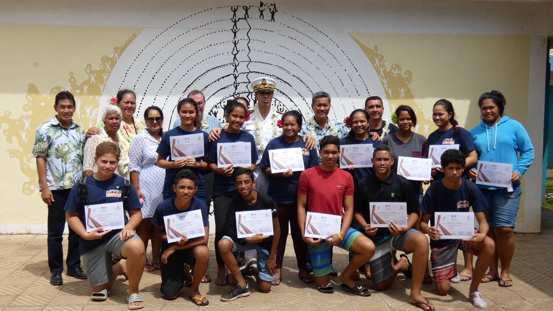 Ces jeunes ont suivi une formation de PSC1 entre octobre 2017 et mai 2018. Ils ont reçu leur diplôme, la semaine dernière, des mains de l'administrateur des Raromatai et des Îles du vent, Raymond Yeddou et du tāvana de Taputapuātea, Thomas Moutame.