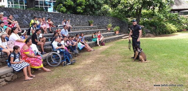 Deux maîtres-chiens de la gendarmerie ont fait aussi le déplacement pour faire découvrir aux enfants leur métier.