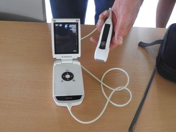 Un échographe portable de ce type servira à dépister les cardiopathies rhumatismales chez les enfants de CM2. Les enfants qui présentent des anomalies échocardiographiques seront ensuite revus en consultation de confirmation avec un cardiologue.