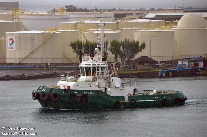 C'est l'Aito Nui 1, remorqueur du Port autonome, qui est chargé de ramener le cargo de 100 mètres de long.