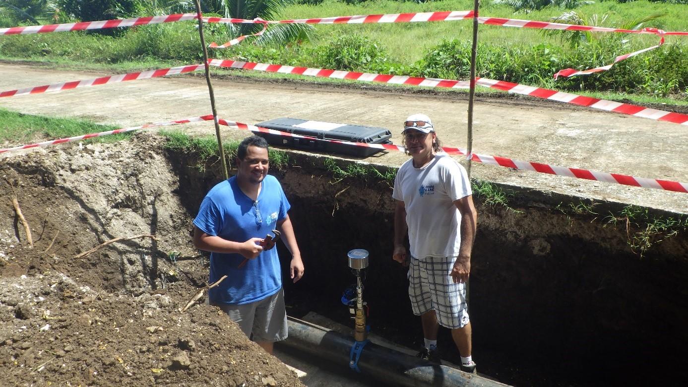 Lors de la pose d'un débitmètre à insertion à Tumaraa. Cet appareil de mesure permet de suivre en continue les débits et pressions sur le réseau de distribution d'eau grâce à un enregistreur de données.