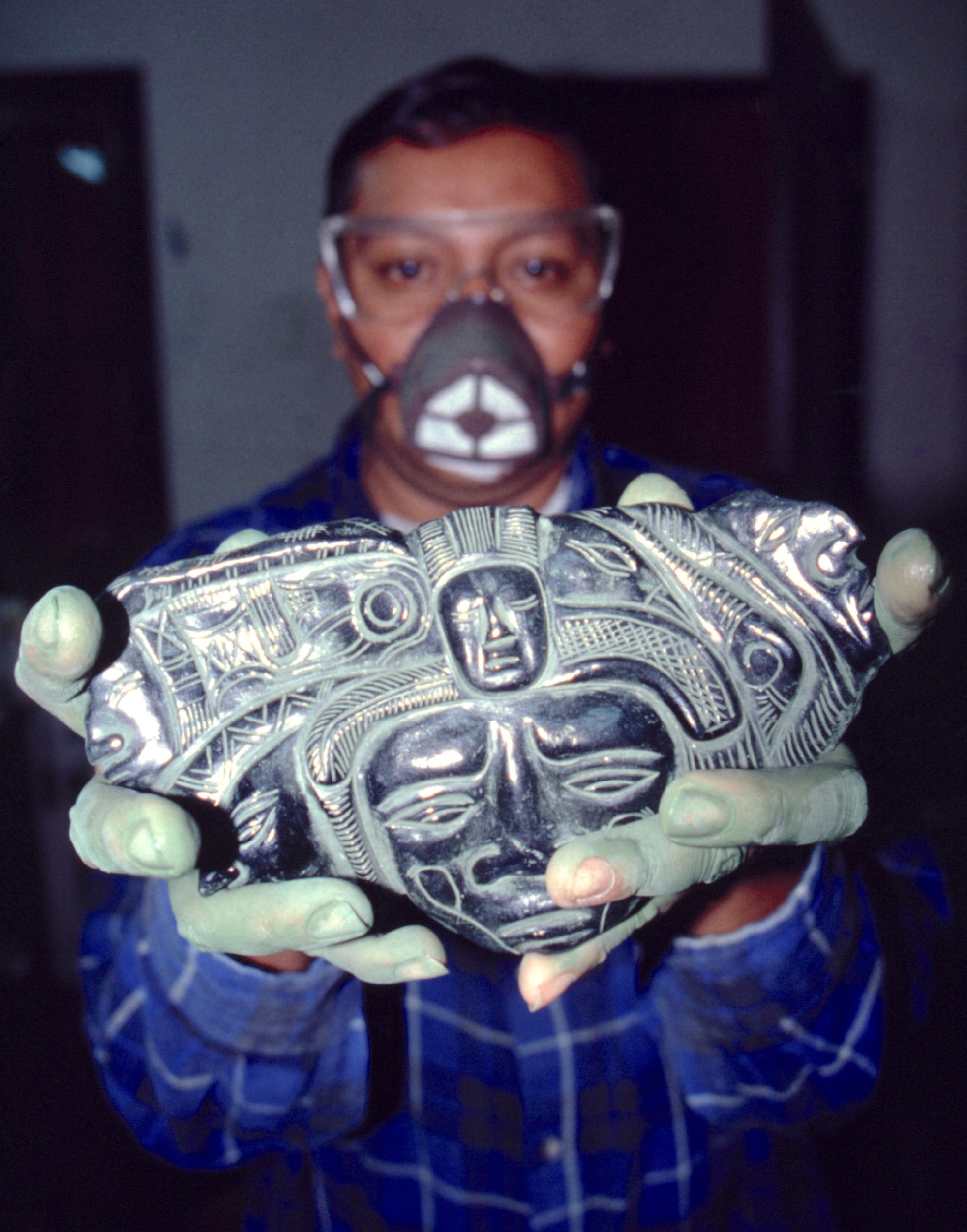 Un sculpteur guatémaltèque présentant son travail : une merveille naît dans ses mains.