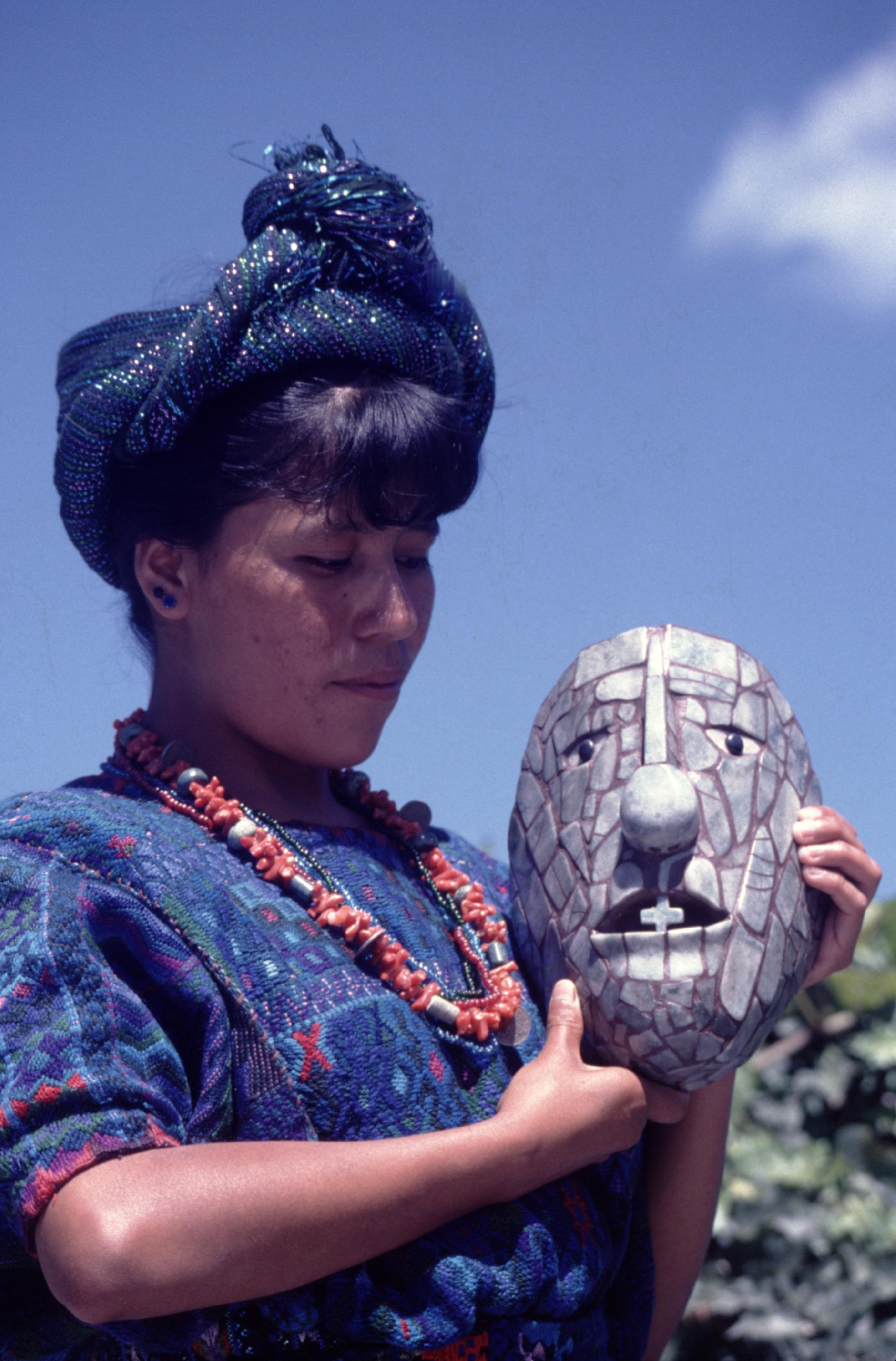 Une jeune Indienne avec le masque du dieu Pacal, retrouvé dans une tombe de Palenque.