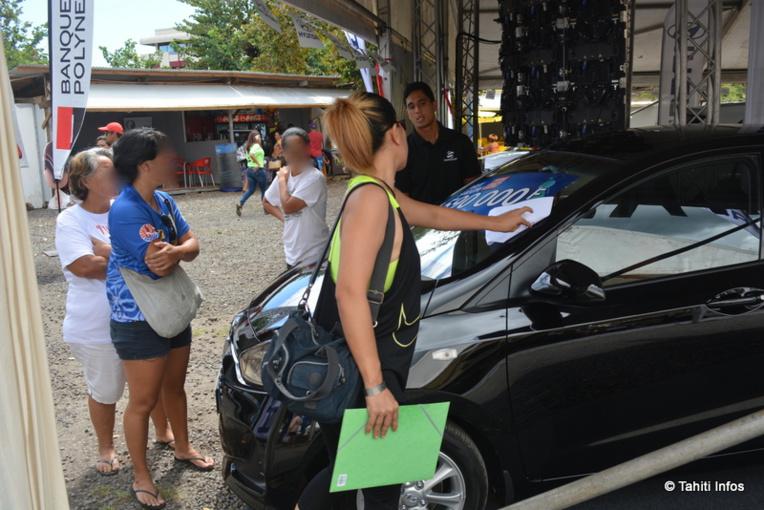 Le gouvernement a instauré en 2016 une incitation financière au remplacement du véhicule. Ainsi, une aide de la Polynésie française d'un montant de 150 000 Fcfp à 250 000 Fcfp, dégressif selon le mode de motorisation (électrique ou hybride) et le taux d'émission de CO², s'ajoute à une remise accordée par les concessionnaires lors de l'achat d'un véhicule neuf.