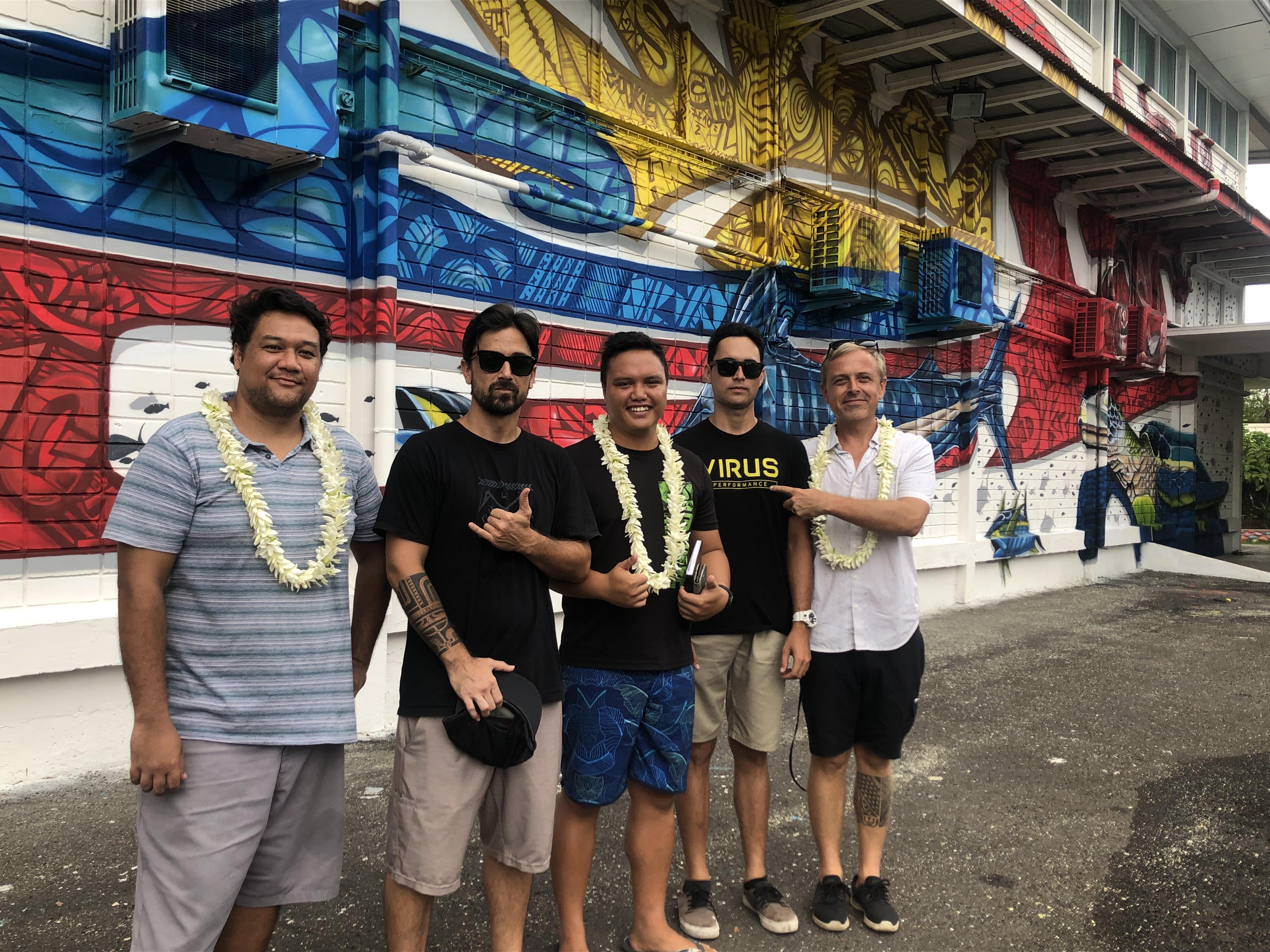 (de gauche à droite) Enos, AbuZe, Rival, Ariitea et Cher1 les artistes qui ont réalisé cette fresque.