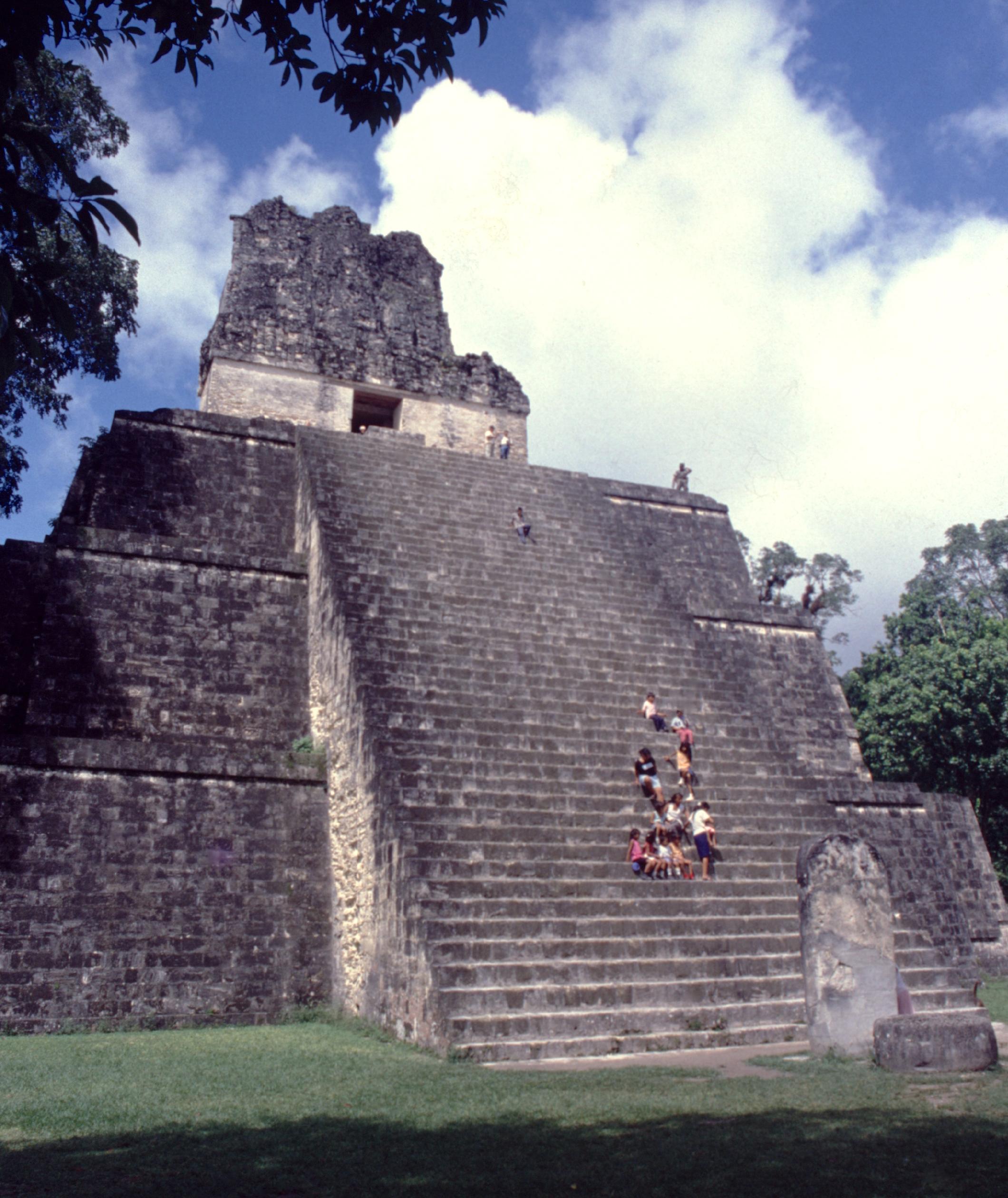Sur la grande place de la ville maya, le temple II fait face au grand temple I.