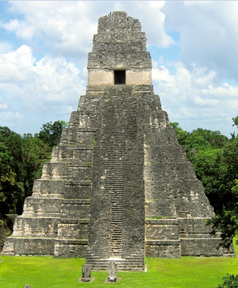 Le temple I, au cœur de Tikal, est la plus belle pyramide maya restaurée. On ne peut malheureusement plus l'escalader, l'ascension ayant entraîné la mort de plusieurs touristes.