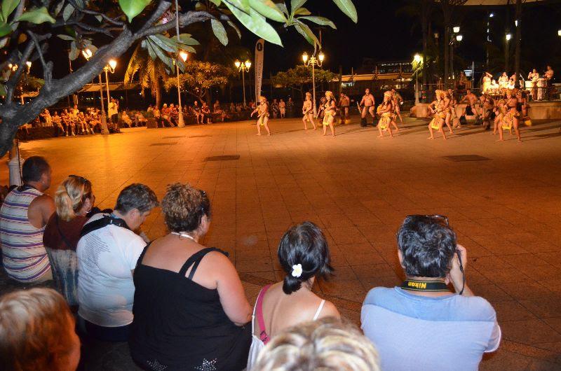 Les touristes sont ravis de pouvoir sortir de leur bateau et de découvrir la ville de Papeete et la culture polynésienne.