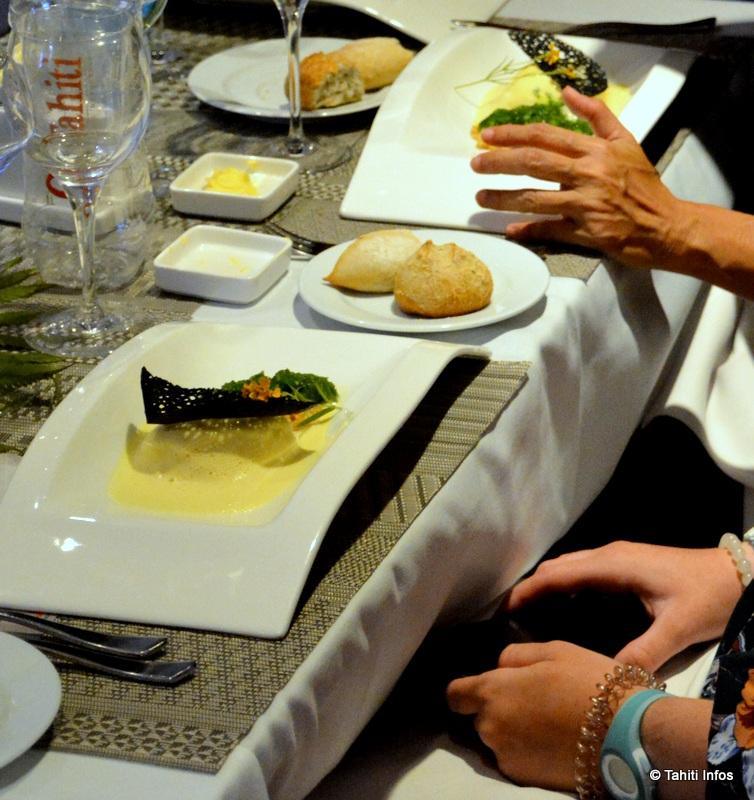 Galet de oeo (bec-de-canne) au cheddar avec son risotto de pota  vert, crumble et écume à la passion. Une vraie trouvaille inventée par les chefs !