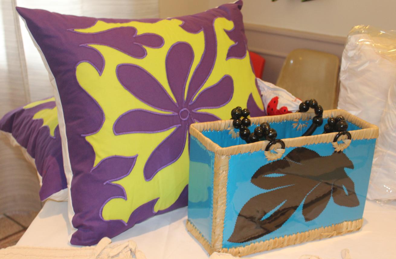 Les sacs, paniers… réalisés par les membres de l'association Tearatapu Jeun's sont également en vente au salon.