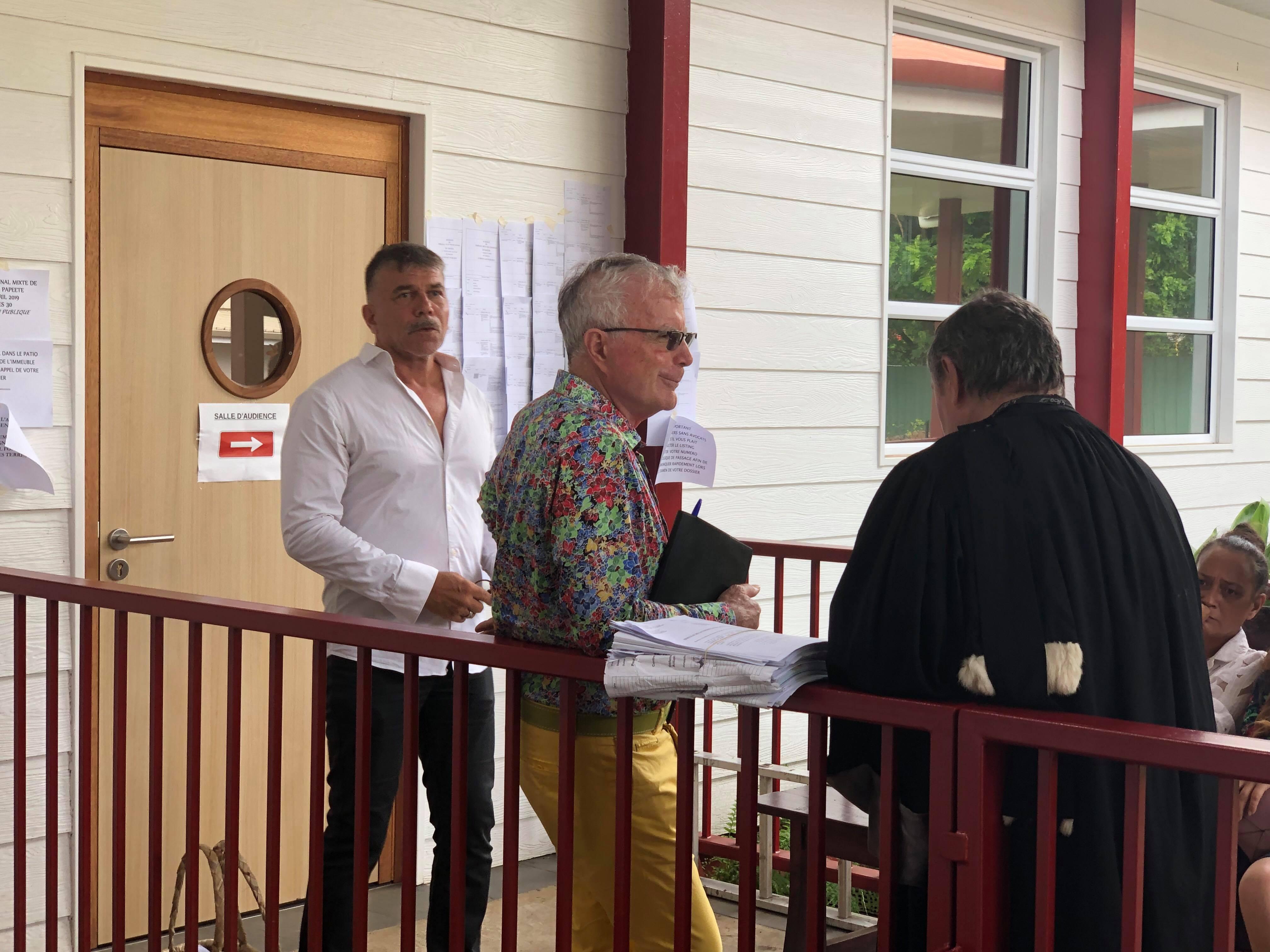 Dominique Auroy (au centre), propriétaire de La Dépêche de Tahiti, au tribunal mixte du commerce ce lundi 29 avril.