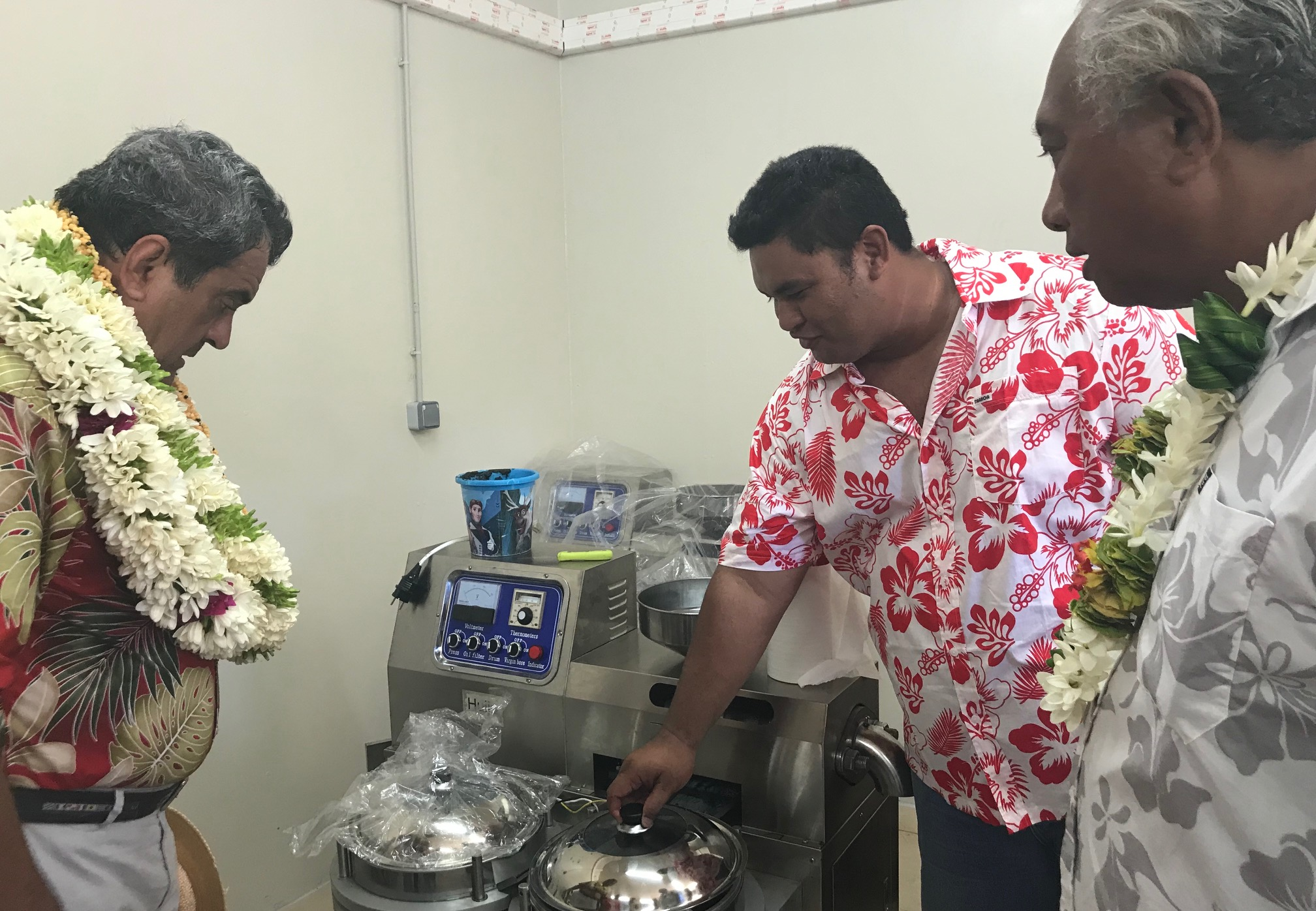 Après le fare des artisans de Tiputa, le gouvernement a inauguré une unité de production d'huile de tamanu et d'huile vierge de coco.