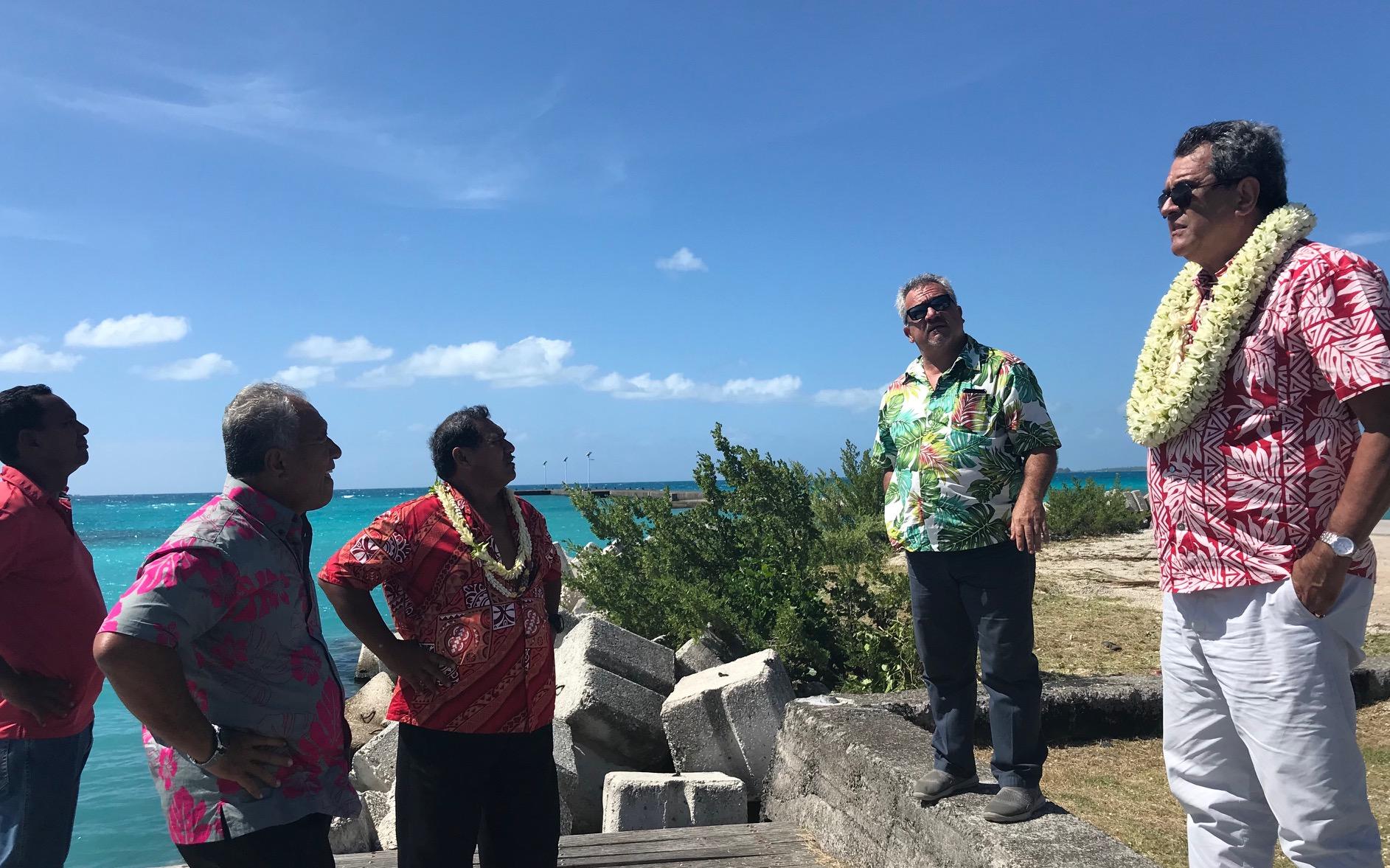 Sur Tikehau, le maire-délégué de l'atoll a mené la délégation sur des sites nécessitants des travaux.