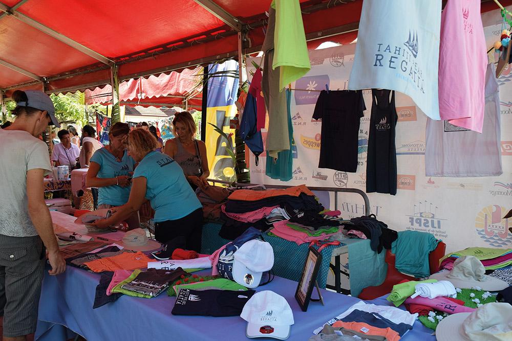 Le stand Tshirts de la TPR, avec sa nouvelle gamme de produits dérivés.