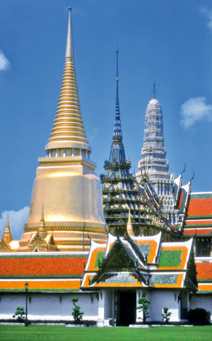 Les dômes de l'enceinte royale. Au cœur de la ville de Bangkok, une oasis de beauté, de calme et de sérénité.