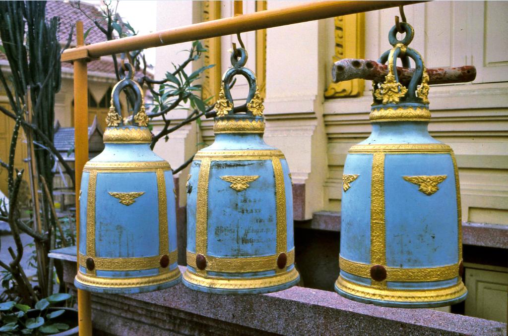 De lourdes cloches de bronze permettent aux bonzes d'appeler les fidèles aux cultes.