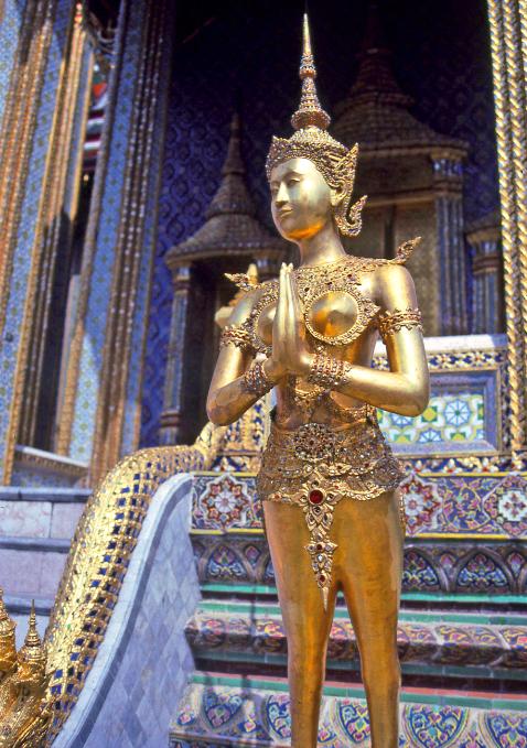 Cette créature mythique, mi-déesse, mi-danseuse, est entièrement recouverte d'or et de pierres précieuses et semi-précieuses.