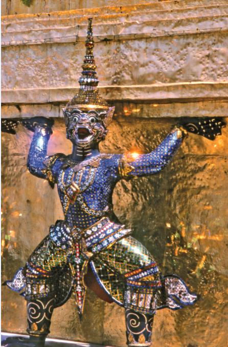 Yaksha est l'une des nombreuses cariatides cernant le temple ; dans les mythologies hindoue, jaïne et bouddhiste, le yakṣha a une double personnalité. D'un côté, il peut être une fée de nature inoffensive, associée aux forêts et aux montagnes ; mais il existe (c'est le cas au temple du Bouddhar d'émeraude), des yakṣas bien plus terrifiants, sorte d'ogres, de fantômes ou de démons anthropophages. Ils hantent les étendues sauvages, attaquent et dévorent les voyageurs.