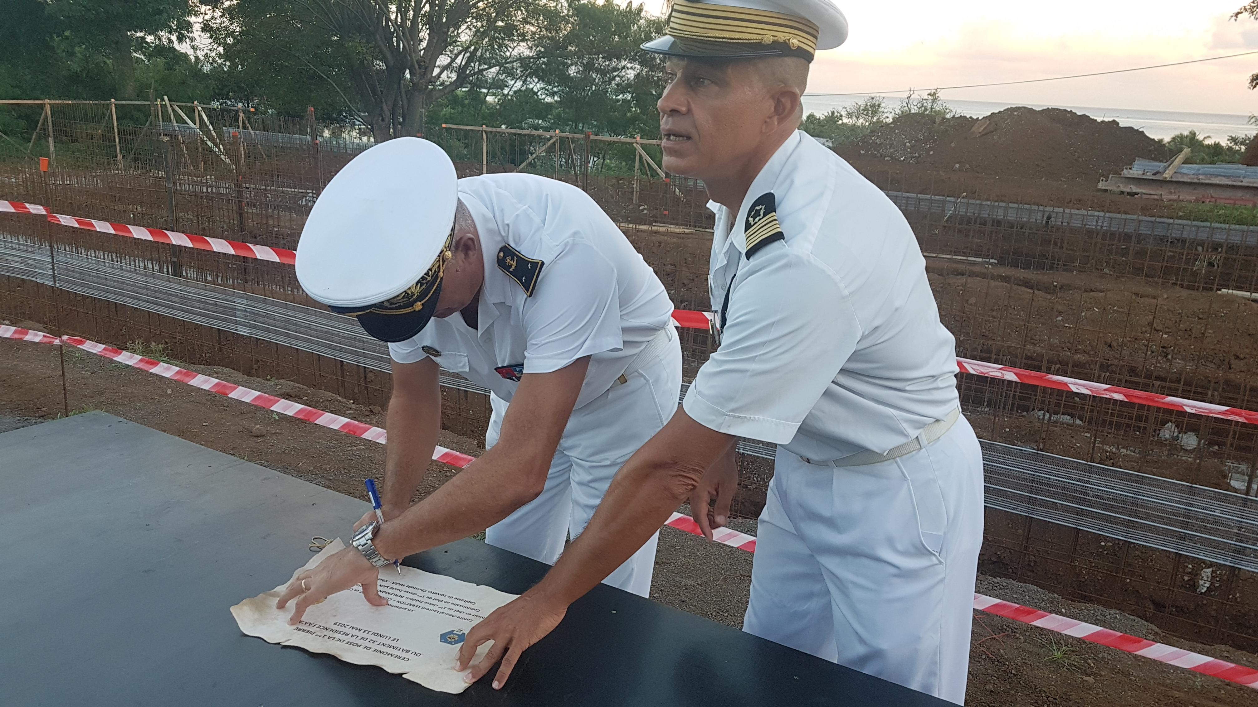 Le contre-amiral a glissé un parchemin dans un tube de bambou, qui a ensuite été scellé dans la pierre. Crédit FAPF