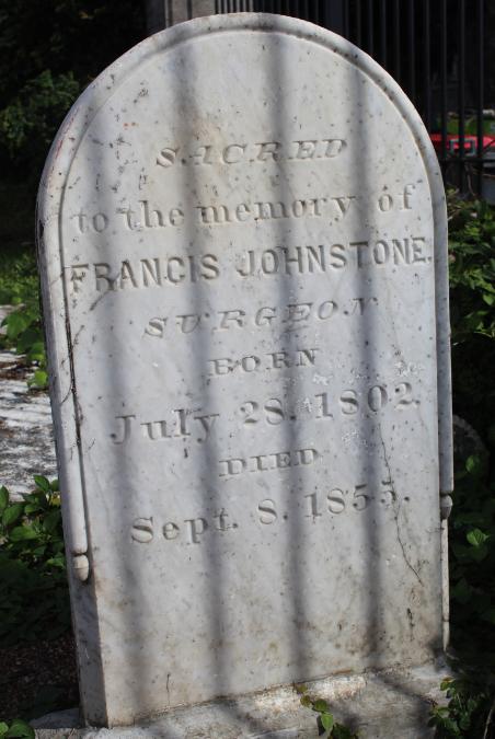 Au cimetière de l'Urabie, la tombe du docteur Johnstone, qui a introduit le cacaoyer à Tahiti en 1845. Premier occupant du cimetière de l'Uranie, il a été enterré avec toutes ses archives !