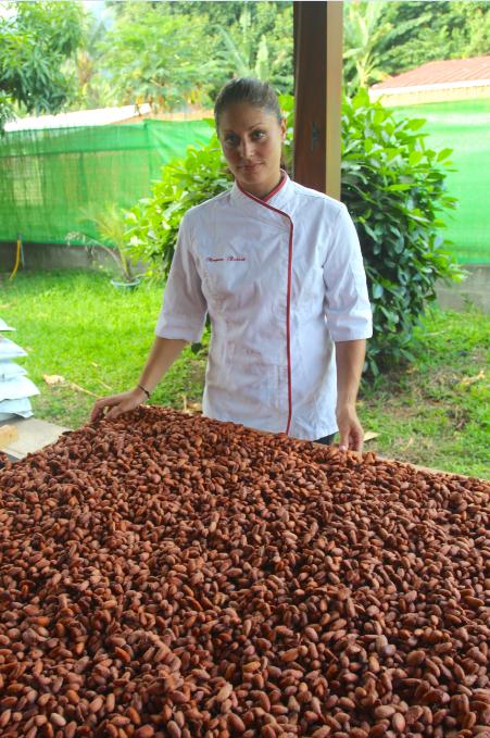 Morgane devant quelques fèves ayant déjà fermentées et qui sont en phase de séchage.