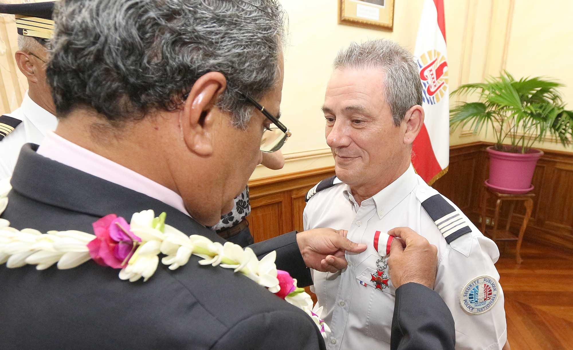 Any Bambridge et Loïc Hanuse, chevaliers de l'ordre de Tahiti Nui