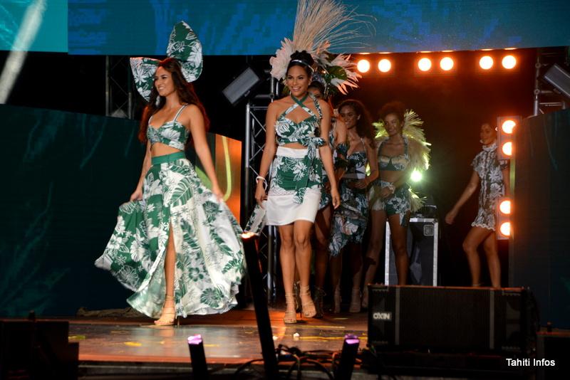 Les candidates à l'élection Miss Tahiti 2019 ont défilé en portant les créations de différents créateurs locaux. Ici Myriam Faremiro avec son nœud papillon et Herevai Hoata, la fleur dans les cheveux!