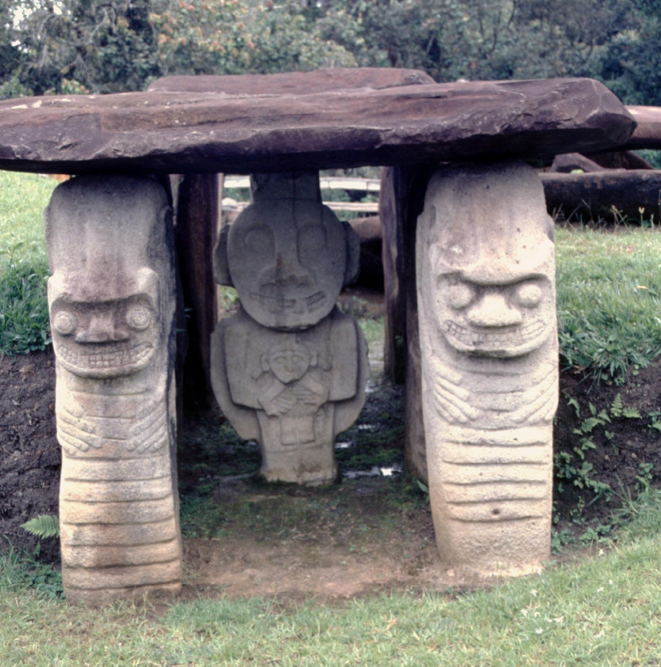 Certains archéologues pensent que la statue centrale devant les tombes symbolisait le défunt, les autres n'étant que des cariatides sensées protéger le tombeau (et supporter la dalle reposant sur l'ensemble, à la manière d'un dolmen breton).