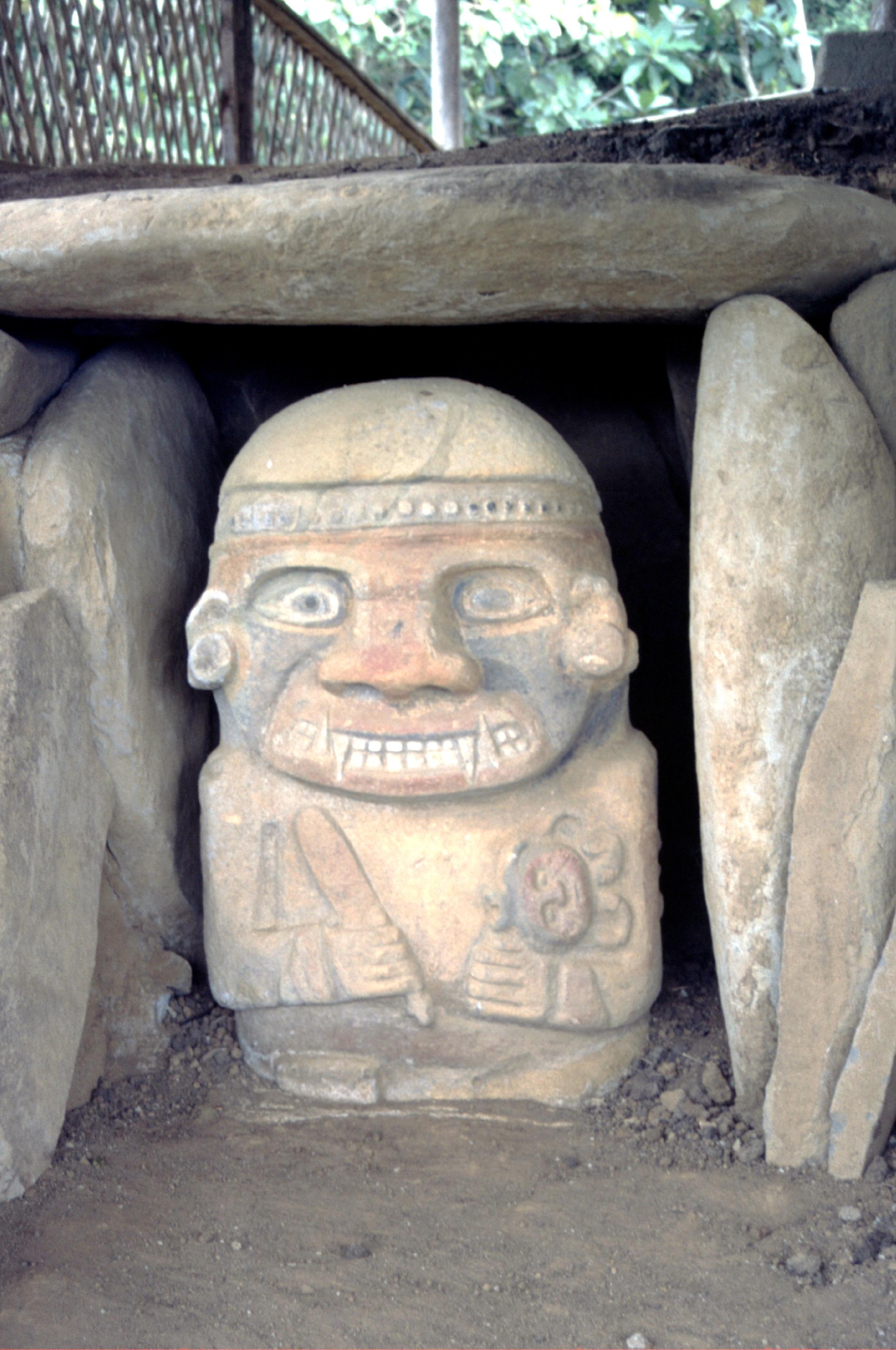 Superbe statue à El Purutal, puisqu'elle a été mise au jour il y a quelques années seulement et qu'elle conserve encore ses couleurs.