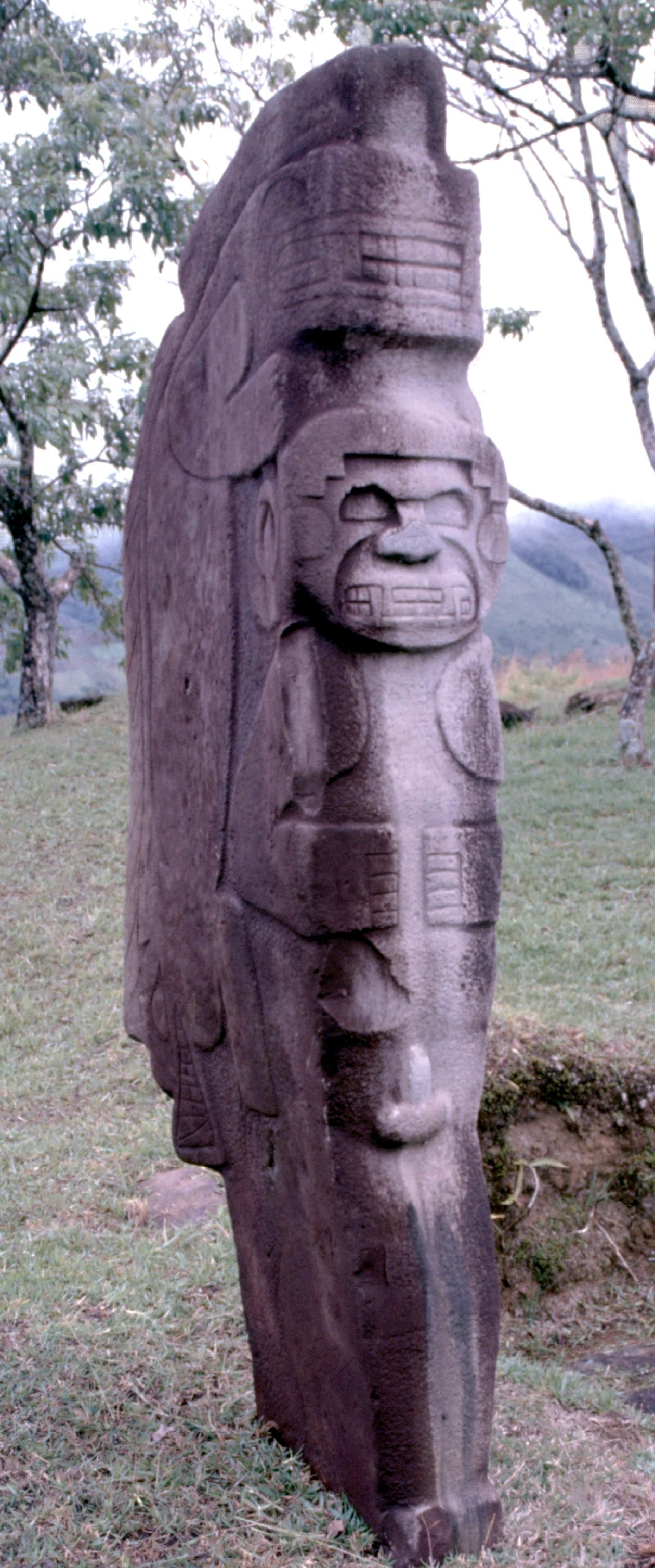 Beaucoup de statues de San Agustin représentent des animaux ; c'est le cas de celle-ci, figurant un singe armé de crocs.