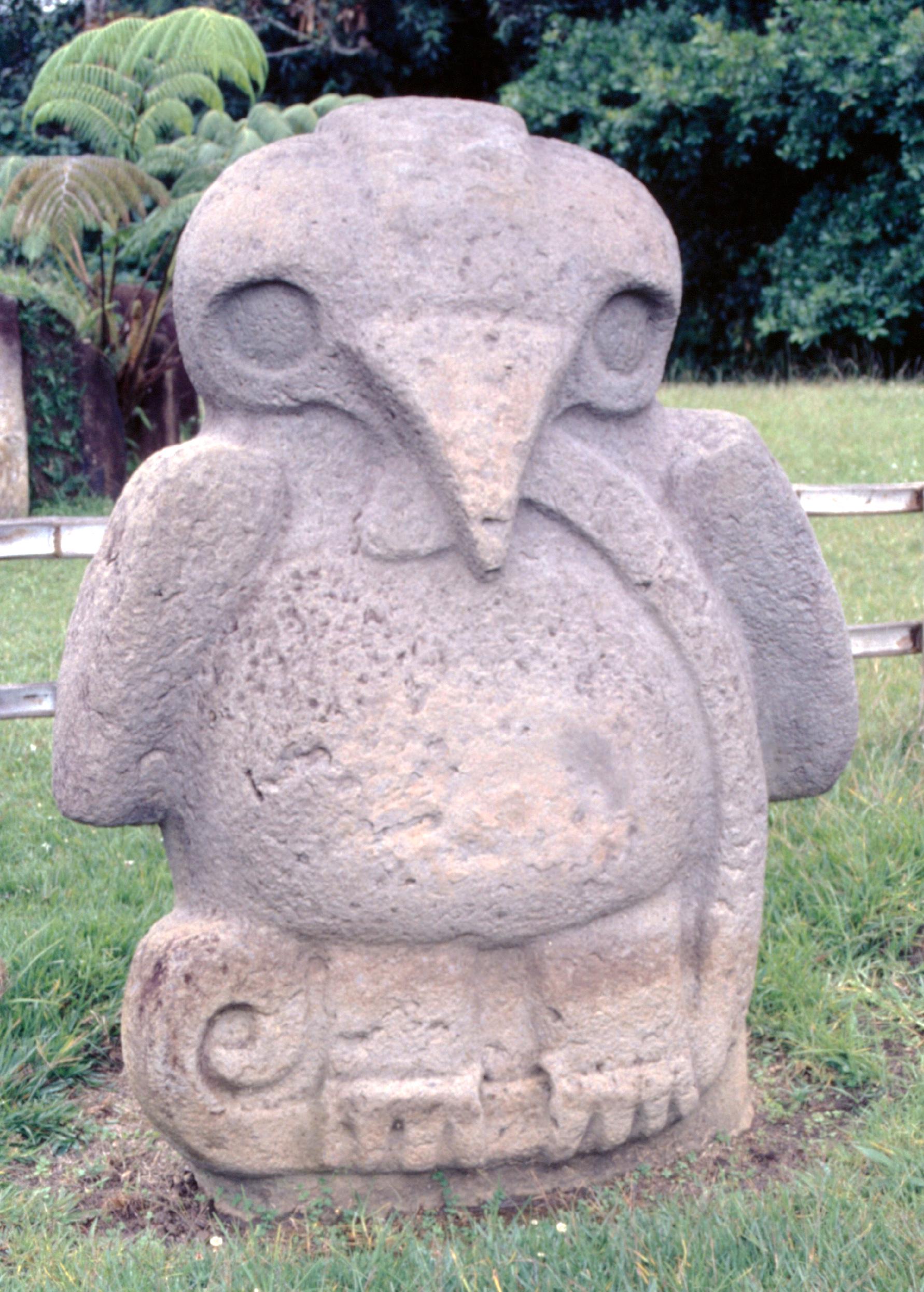 Cet aigle (ou condor ?) dévorant un serpent a été sculpté plusieurs fois à San Agustin ; c'est ce même symbole qui a été repris par les Indiens Mexicas (Aztèques) beaucoup plus tard et qui figure aujourd'hui sur le drapeau du Mexique.