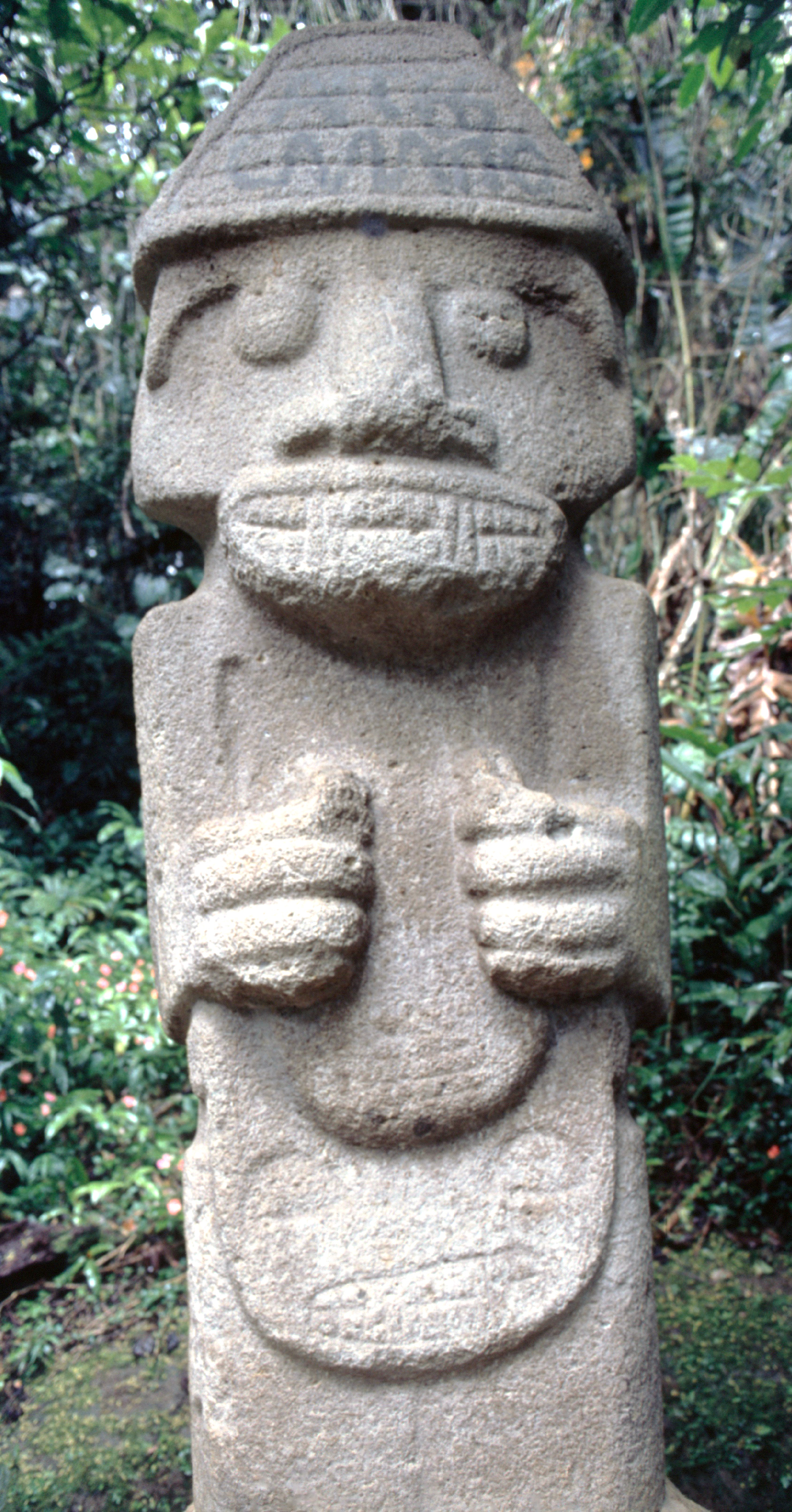 """Certains archéologues fantaisistes ont """"vu"""" à San Agustin des modèles de ce qui serait devenu, après migration dans le Pacifique, des """"tiki"""" ou des """"moai""""."""